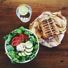 Oryginalnie :)  1. bazylia, sałata roka, ogórek, pomidor, philadelphia, posypane sezamem 2. tost z philadelphią, ogórkiem i czerwoną papryką 3. woda z cytryną
