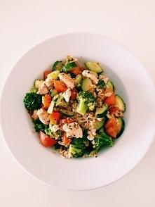 Warzywny makaron :)  Makaron i pomidorkami koktajlowymi, brokułem, kurczakiem gotowanym i ogórkiem posypany przyprawą ziołową