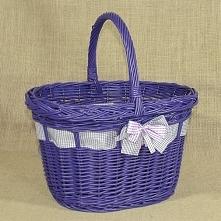 Wiklinowy koszyczek w kolorze fioletowym z wstążką i kokardą to propozycja ko...
