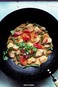 Kurczak curry z warzywami i ryżem Przygotowanie: Mięso kurczaka umyć i oczyścić z błonek, pokroić na ok. 2 cm kawałki. Czosnek pokroić na cienkie plasterki, cebulę w piórka; pap...