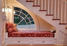 Kącik do wypoczynku pod schodami. Więcej po kliknięciu w zdjęcie