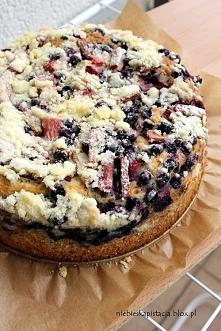 Muffinowe ciasto z rabarbarem, porzeczkami i kruszonką