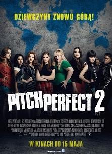 Pitch perfect 2(2015) Mijają trzy lata, od kiedy Bellas, jako pierwszy dziewczęcy zespół, który wygrał najważniejszy amerykański konkurs wokalny, pokazały światu nową jakość wok...