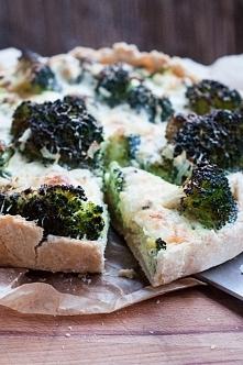 Tarta z brokułami i serem pleśniowym