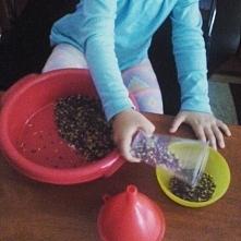 Wykorzystanie ryżu w pracy z dzieckiem to wartościowa zabawa sensoryczna, któ...