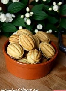 Najlepsze orzeszki   Składniki: ciasto 4 szklanki mąki 1 kostka masła 1 łyżec...