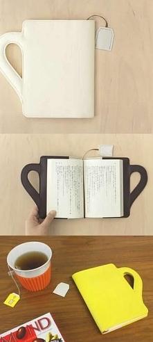 Poręczna okładko-torba na książkę w formie kubka i z zakładką imitująca sznureczek od herbaty