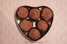 Trufle chałwowe   Składniki: 50g czekolady gorzkiej 50g czekolady deserowej 75ml śmietany kremówki 170g chałwy waniliowej  Wykonanie: Zagrzać kremówkę.  Czekolady rozpuścić w ką...
