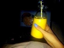 mango lassi to wywodzący się z indii napój z mango na bazie gęstego jogurtu -...