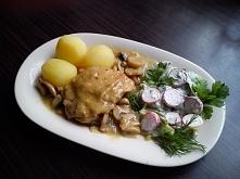 Udka kurczaka w sosie pieczarkowym.
