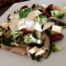 Makaron pełnoziarnisty z brokułami, pieczarkami, szpinakiem, serem mozzarella...