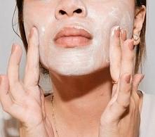 Maseczka/peeling z sody  Składniki: - 1 łyżka sody oczyszczonej - 1 łyżeczka wody utlenionej - 1 łyżeczka wody przegotowanej bądź mineralnej  Stosowanie: Pastę nakładamy na twar...