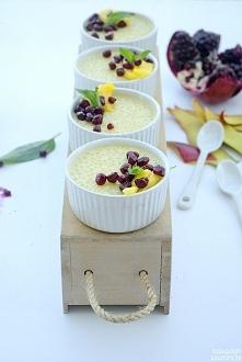 Wegański pudding z tapioki, mleka kokosowego i mango to pyszny i lekki deser ...
