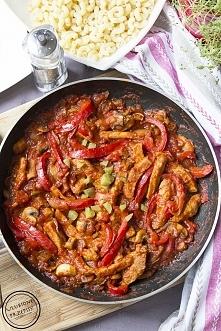Schab po bałkańsku z papryką, pomidorami i pieczarkami Składniki: 500 g schab...