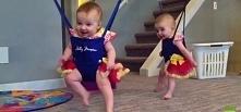 Zobacz dwie małe bliźniaczki, które wykonują irlandzki taniec! Od razu podbij...