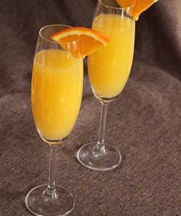 MIMOZA  Składniki: 75 ml schłodzonego szampana 75 ml zimnego soku pomarańczowego skórka pomarańczowa  Przygotowanie:  Wlej szampan i sok pomarańczowy do schłodzonego kieliszka od szampana. Aromatyzuj skórką pomarańczy. Udekoruj kieliszek.