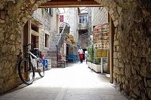 Tutaj trzeba przyjechać, by poczuć Trogir. Należy odłożyć zegarek, mapę i dać...