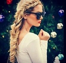 Czy ktoś wie jak zrobic taką fryzurę? Moze jakis tutorial?