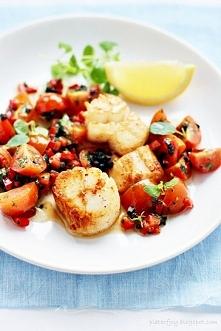 Przegrzebki z salsą z pomidorów, papryki i oliwek