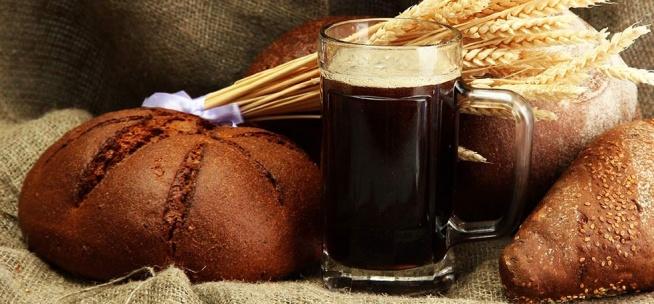 KWAS CHLEBOWY  Składniki: 3,8 litra wody 3/4 - 1 szklanka czerstwego chleba żytniego razowego rozdrobnionego 1 szklanka cukru 1 opakowanie suchych drożdży (ok. 2 łyżeczki) kilka rodzynek do smaku  Przygotowanie: Przygotuj składniki. Każdy rodzaj chleba razowego jest dobry. Należy go wysuszyć przed użyciem. Suchy chleb połam na małe kawałki i włóż do blendera. Zmiksuj go na drobne okruszki. Przełóż około 1 szklankę okruszków do dużego garnka. Jeśli nie chcesz, aby kwas był gorzkawy zmniejsz ilość do 3/4 szklanki. Im więcej czerstwego chleba tym kolor napoju będzie ciemniejszy. W innym dużym garnku zagotuj całą wodę. Gotującą się wodę przelej do garnka z czerstwym chlebem i odłóż na bok (temp. pokojowa) na około 2-2,5 godziny. Od czasu do czasu mieszaj. Po 2 godzinach, jak już woda z chlebem nie będzie taka gorąca wymieszaj drożdże z około 3 łyżkami ciepłej wody. Do wszystkiego dodaj cukier i dobrze wymieszaj. Dodaj drożdże i wymieszaj. Przykryj czystą szmatką i pozostaw w ciepłym miejscu na 10-12 godzin. Po 12 godzinach fermentacji kwas powinien wyglądać mniej więcej tak jak na zdjęciu. Przelej kwas przez sitko do dużego naczynia a następnie przelej go przez gazę. Przelej kwas do butelek za pomocą lejka. Plastikowe butelki są najlepsze, ponieważ zniosą rosnące ciśnienie wewnątrz spowodowane fermentacją. Pozostaw puste około 1/8 butelki. Wrzuć kilka rodzynek i mocno zakręć butelkę. Pozostaw butelkę z kwasem chlebowym w temperaturze pokojowej na 2-3 godziny a następnie włóż do lodówki na 2 dni (po tym czasie kwas będzie gotowy). Delikatnie przelewaj do szklanek (nie mieszaj osadu ani nie wyciągaj rodzynek). Smacznego!