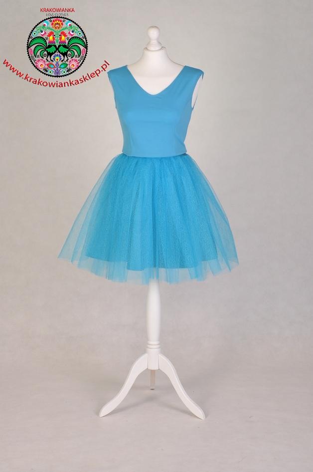 niebieska tiulowa sukienka