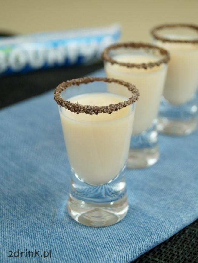 SHOT MONTE  Składniki: 1/2 wódki o smaku orzechów laskowych 1/2 mleczka skondensowanego do dekoracji sproszkowana czekolada i syrop orzechowy  Przygotowanie: Składniki można pomieszać w shakerze, ale wiele osób robi tego drinka wlewając po prostu do kieliszka najpierw wódkę, a potem mleczko. Można też zmienić proporcje – dać więcej mleczka, a mniej wódki lub odwrotnie – wedle upodobań.