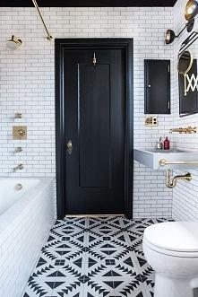 Łazienka w bieli i czerni ze złotymi wykończeniami i podłogą w azteckie wzory! Więcej na blogu moojconcept .com