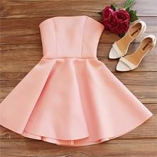 Pudrowa sukienka.