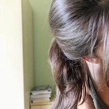 Po nadużywaniu prostownicy i lokówki włosy pomału wracają do normy