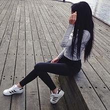 Czarne spodnie.