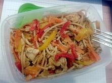 Lunchbox: pełnoziarniste spaghetti z kurczakiem i kolorowymi paprykami. greentealabel.blogspot.com