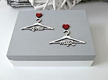 Pełne uroku pudełeczko na ślubne obrączki, zdobione dekorami w kształcie wieszaczków i serduszkami.  Dostępne w sklepie internetowym Madame Allure - ozdoby i dekoracje na Wasz ś...