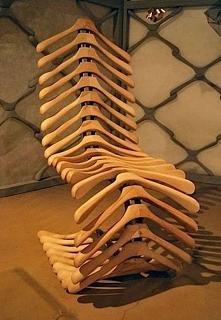 Krzesło-kręgosłup. Zrobione z drewnianych wieszaków :)