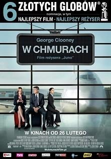 """W chmurach. Ryan Bingham (George Clooney) to profesjonalista specjalizujący się w """"doradztwie dotyczącym zmian w karierze zawodowej"""" (eufemistyczne ujęcie zwalniania p..."""