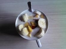 jogurt naturalny, pół szklanki naparu z lnu mielonego, owoce. Pyszne, niskoka...