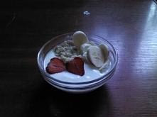 owsianka z jogurtem naturalnym i owocami na śniadanie