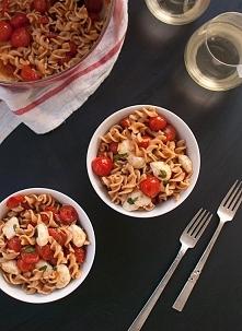 Prosto, tanio ale z klasą!  MAKARONOWA SAŁATKA CAPRESE -50g ulubionego makaronu pełnoziarnistego -szklanka pomidorków koktajlowych -ok. 50g sera mozarella -kilka listków świeżej...