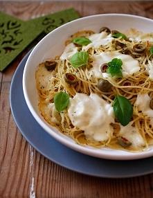 Spaghetti z mozzarellą i oliwkami