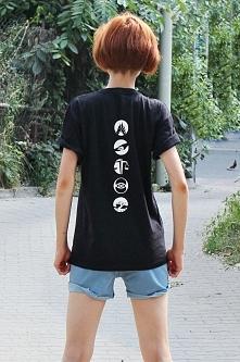 Koszulka z nadrukiem TATUAŻE FRAKCJE niezgodna - modna koszulka fandomowa damska i męska dla fanów filmu i książki NIEZGODNA DIVERGENT . Modna bluzka młodzieżowa z tatuażem na p...