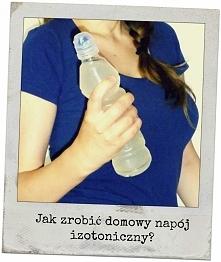 Jak zrobić domowy napój izotoniczny? Więcej po kliknięciu! Sklepowe półki uginają się od tego typu napojów, a ja z reguły sięgałam po Oshee. Ale ostatnio wpadłam na artykuł, któ...