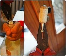 Sposób na otwarcie wina, gdy nie ma korkociągu.
