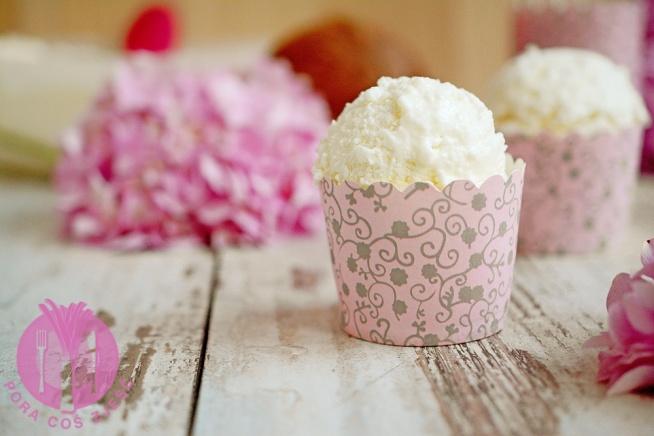 """Lody kokosowe  Składniki:      250 g wiórków kokosowych     300 ml mleka     500 ml śmietany 30-36%     kilka łyżek cukru    Wykonanie:  Wiórki kokosowe blendujemy z mlekiem (lub najpierw bez mleka) na gęstą papkę.  Śmietanę ubijamy na sztywno z kilkoma łyżkami cukru, dodajemy kokosową papkę i miksujemy, aby składniki się dokładnie połączyły.  Domowe lody kokosowe   Masę umieszczamy w maszynie do lodów (po połowie, ponieważ całość się nie zmieści) i ucieramy, aż wystarczająco zgęstnieje. Możemy również domrozić masę w zamrażalniku. Jednak nie można pozwolić, aby masa bardzo długo się zamrażała, ponieważ zamarza dosłownie """"na kość"""" i długo trzeba, aby ponownie zmiękła :-).  Domowe lody kokosowe   Lody są mocno kokosowe, wyraźnie czuć wiórki. Nie są to klasyczne, delikatne i gładkie lody. Zdecydowanie dla fanów kokosa."""