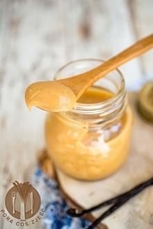 Krem karmelowy z białą czekoladą i wanilią  Składniki:      400 ml śmietany kremówki 30%     125 g cukru     1,5 tabliczki białej czekolady     1 laska wanilii     szczypta soli...