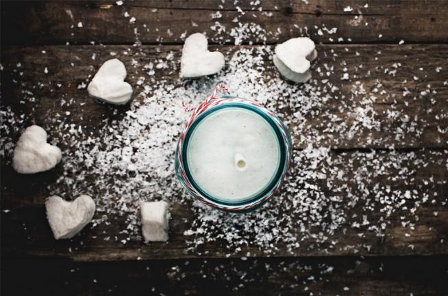 milkshake z melonem i marshmallows składniki (1 porcja): 100 ml zimnego mleka 3 gałki lodów śmietankowych 5 łyżek zmiksowanego miąższu z melona 1 garść marshmallows (najlepiej domowych)  Nie pozostaje nic innego jak umieścić wszystkie składniki w pojemniku blendera, dokładnie zmiksować, przelać do szklanki i popijać.