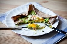 Gryczane naleśniki (galette)  z avocado i jajkiem