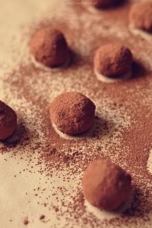 Czekoladowe trufle Składniki (na ok. 12 pralinek):  125 g mascarpone 80 g gorzkiej czekolady 50 g mlecznej czekolady 2 łyżki masła 80 g mielonych migdałów  Oraz:  150 g gorzkiej...