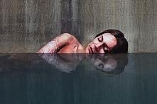 Graffiti odbijające się w lustrze wody