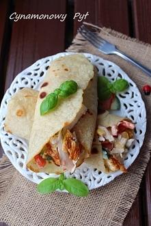 Tortilla z grillowanym kurczakiem i warzywami.