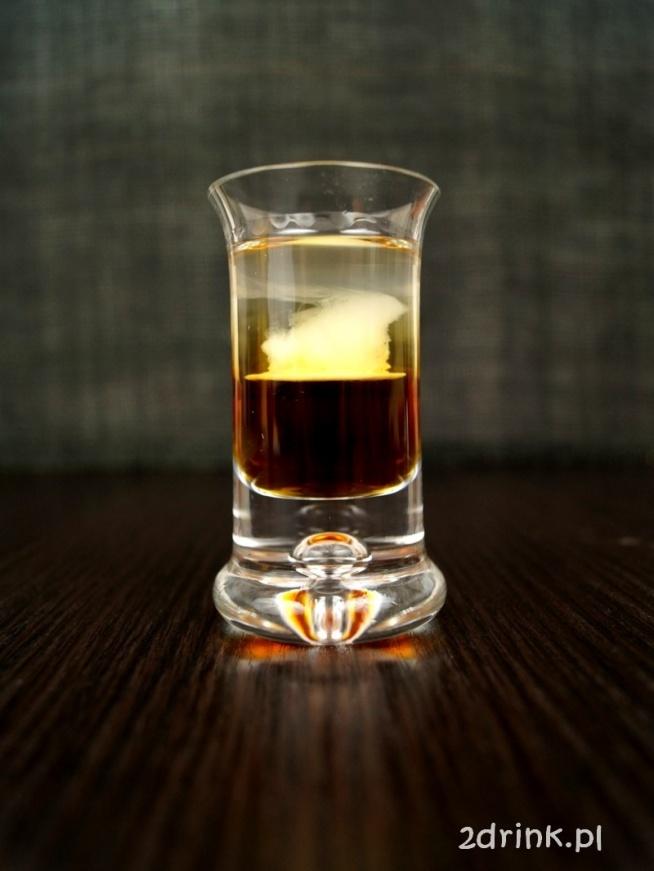 Shot Cukierek Składniki: 1/2 likieru kakaowego 1/2 wódki kilka kropli śmietanki do kawy Przygotowanie: Na dno kieliszka wlewam likier kakaowy, następnie wódkę, delikatnie po łyżce, a na koniec za pomocą słomki dodaję kilka kropli śmietanki