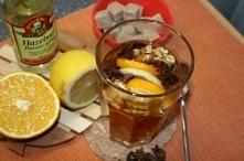 herbata orzechowa z Gdańska  1 torebka czarnej herbaty lub liściasta 1 plasterek cytryny 1 plasterek pomarańczy 2 gwiazdki anyżu kilka orzechów włoskich 1-2 kostki cukru brązowe...